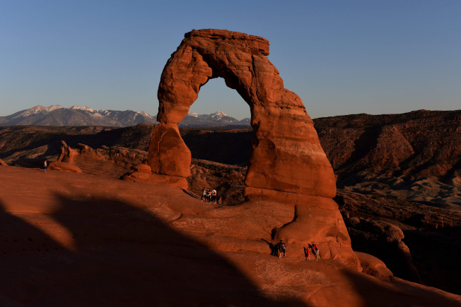 猶他州地標之一的精緻拱門傳出遊客墜落喪命事件,造成二死一傷。(Getty Images)