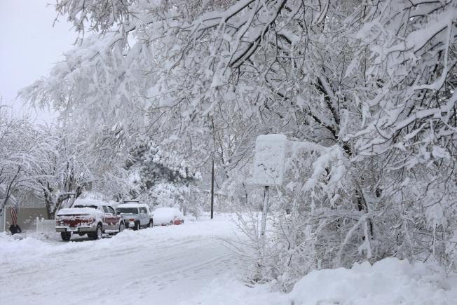 強風暴雪侵襲加州到中西部地帶,加上其他地區豪雨成災,打亂了感恩節過後趕著回家的數以百萬計旅客的行程。圖為亞利桑納州Flagstaff地區道路、車輛和林木被積雪覆蓋。(美聯社)