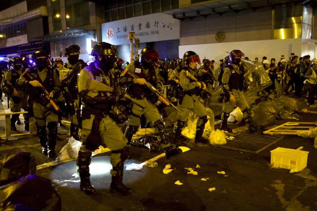 香港示威已持續近半年,香港經濟出現十年來首次衰退,富裕的精英階層正在海外尋覓避風港。圖為港警11月30日發射催淚彈及橡膠子彈驅離太子及旺角一帶群眾。(美聯社)