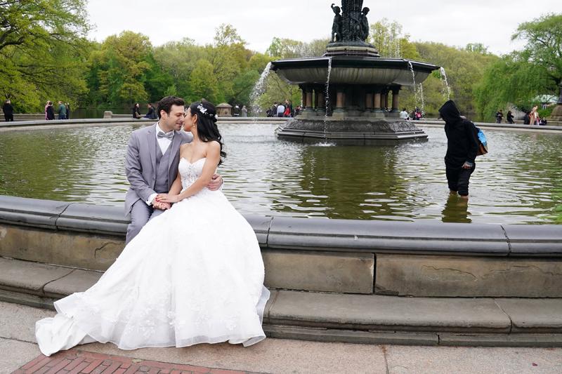 據估計,美國一場婚禮的平均支出為3.4萬美元,但部分地區的婚禮支出可能高出一倍。路透