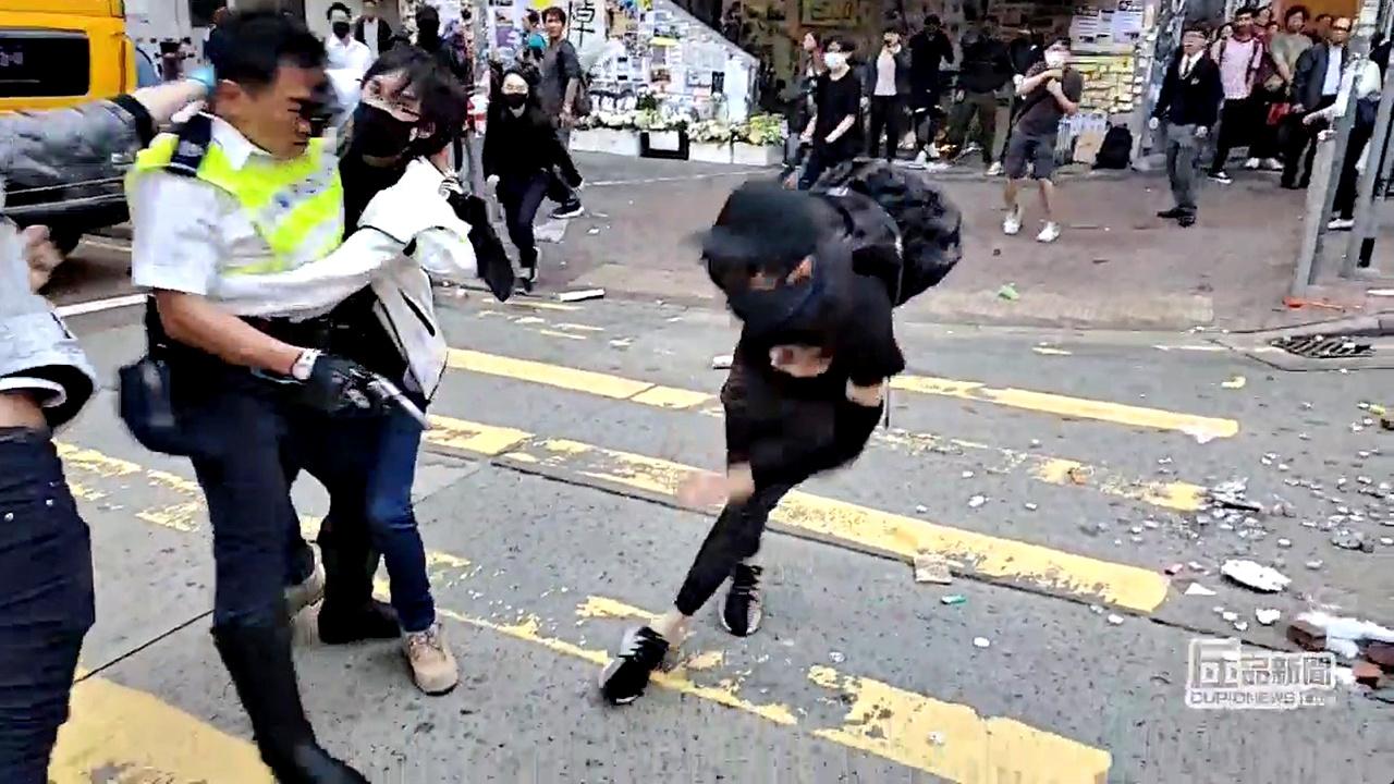 港警開槍,打中示威者。(路透)