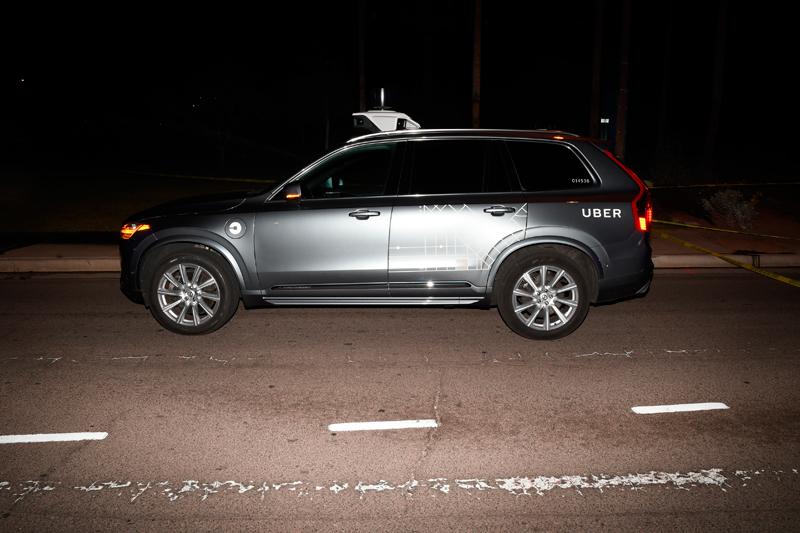 叫車平台優步(Uber)開發的自駕系統無法辨識人行道範圍外的行人。圖為去年在亞利桑納州撞死穿越馬路行人的優步自駕車。(美聯社)