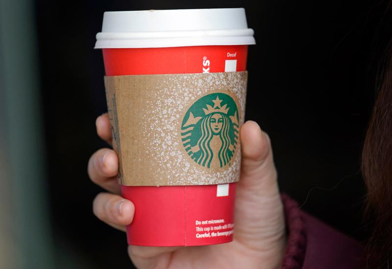 南韓環境部22日宣布,2021年咖啡館和餐廳顧客外帶餐點,使用紙杯要額外付錢。(美聯社)