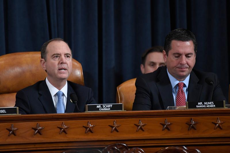 眾院13日舉行的彈劾調查公開聽證會。圖為眾院情報委員會主席謝安達(左)和重量級共和黨聯邦眾議員努尼斯(右)在聽證會上。美聯社