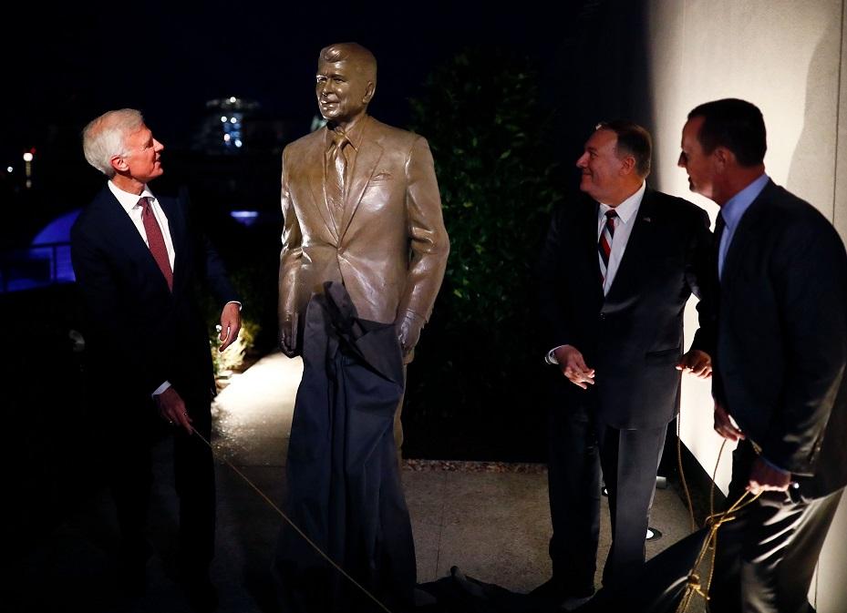 美國國務卿龐培歐(右二)與雷根總統圖書館主席萊恩(Chairman Fred Ryan,左一),8日在柏林為雷根雕像揭幕。(Getty Images)