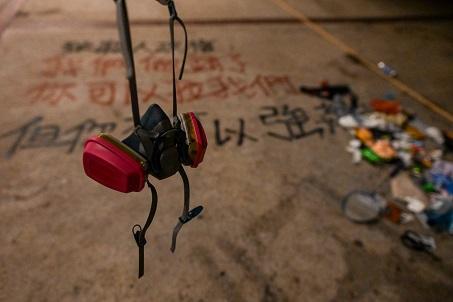 圖為香港示威現場的一個防毒面具。(Getty Images)