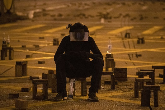 香港理工大學內一名示威者。(美聯社)