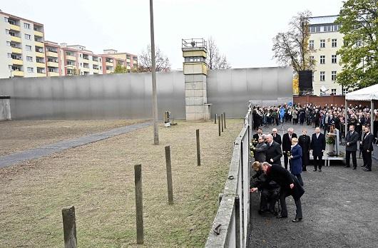 與會領導人和其他出席者在柏林圍牆遺跡插上玫瑰。(Getty Images)
