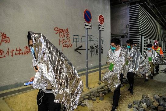 香港理工大學的示威民眾嚴重失溫,必須披著緊急保溫毯。(Getty Images)
