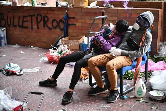 在香港理工大學裡,累倒而互相依偎而睡的示威者。(Getty Images)