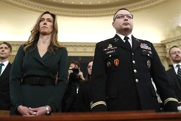 副總統潘斯外交助理威廉斯(左)及退役軍人陸軍中校維德曼19日出席聽證。(美聯社)