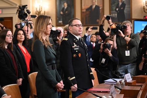 副總統潘斯外交助理威廉斯(左)及退役軍人陸軍中維德曼(中)19日出席聽證。(Getty Images)