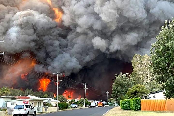 8日,一位悉尼東北部地區Harrington居民發來當地火情照片。(Getty Images)