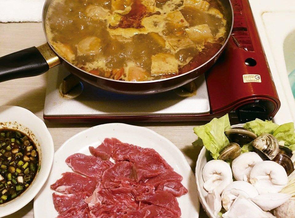 現切的牛肉清燙一下,口感跟味道都比冷凍肉好。圖/太陽臉