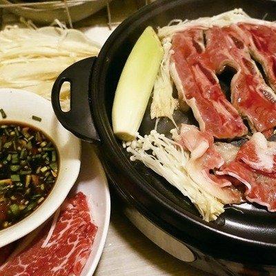 肉片烤一下沾醬吃,比醃過再烤的肉多了一種層次。圖/太陽臉