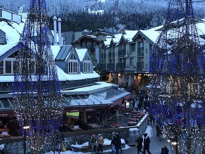 傍晚的滑雪村街景。