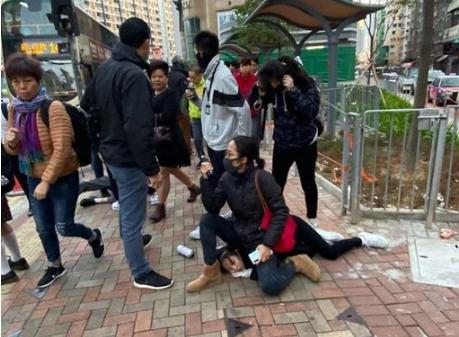 香港中學生堵路被捕 便衣警「坐著壓制」惹議