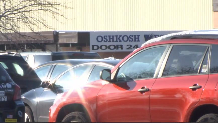 威斯康辛州西奧什科什高中(Oshkosh West High School)3日上午當地近11時發生槍案,一名持槍學生被學校資源官(SRO)開槍制伏,兩人皆負傷送醫。圖取自WBAY TV-2電視台截圖