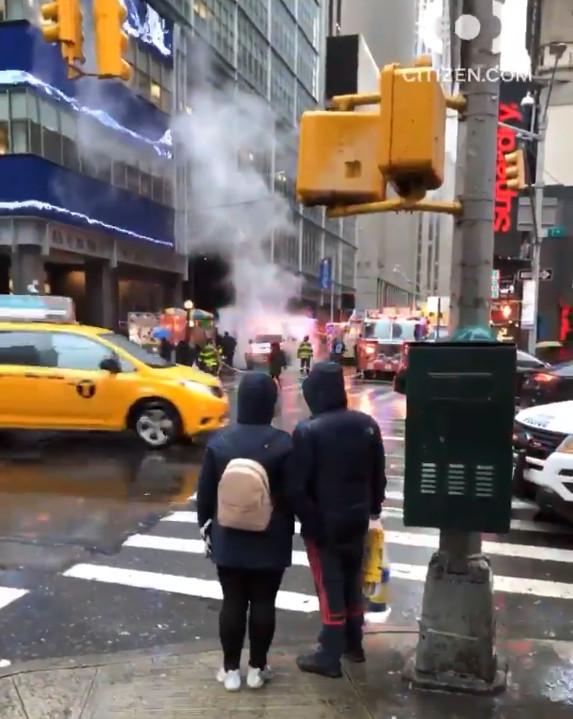 今早在曼哈頓時代廣場附近發生一建築物外牆碎片掉落砸死人事件。圖取自Citizen New York影片截圖