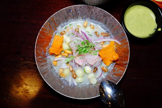 「檸汁醃魚」的風貌各異,也各有千秋。La Mar的「檸汁醃魚」以「老虎奶」(leche de tigre)醃漬。「老虎奶」以檸檬汁製作,因湯色呈奶白色而得名。它是祕魯醃製「檸汁醃魚」的經典醃汁,有時候也會拿來作飲品喝。