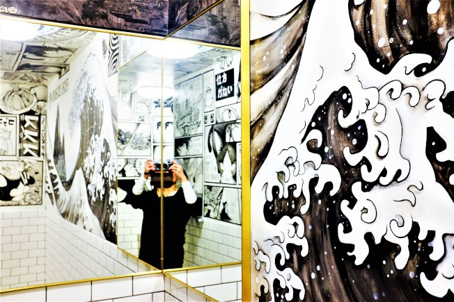 Kaiyō洗手間的漫畫牆,特地花了六個月手工繪製,以呼應「日系祕魯菜」菜色,相當有意思。