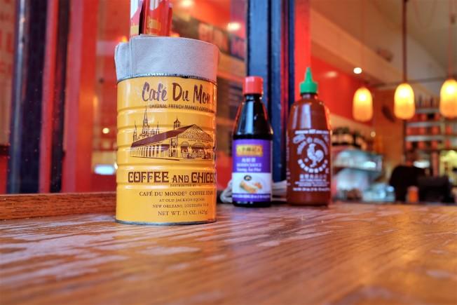 Bun Mee以紐奧良名店「Café du Monde」的咖啡罐,作為放筷子和餐巾紙的罐子。美國越南餐館裡的咖啡多數來自於該店,紐奧良曾為法國殖民地,越戰後吸引了不少移居的越南人。