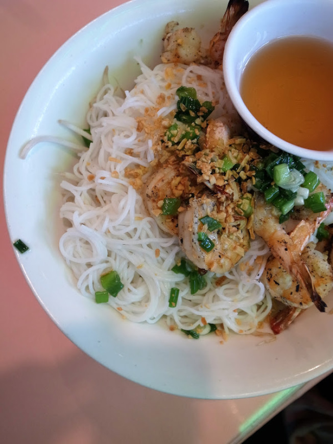 越南的粉麵類食品受美國主流歡迎,圖為燒蝦米粉(bún tôm nướng)。