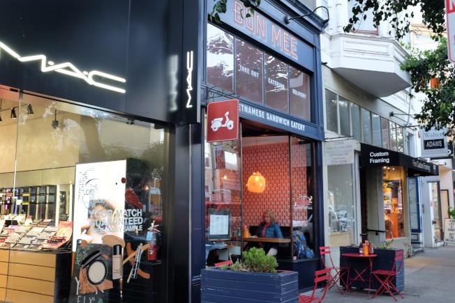 Fillmore St是舊金山的重量級商圈,Bun Mee以紅色和偉士牌摩托車作為商標設計主軸,十分迎合美國年輕人消費市場。
