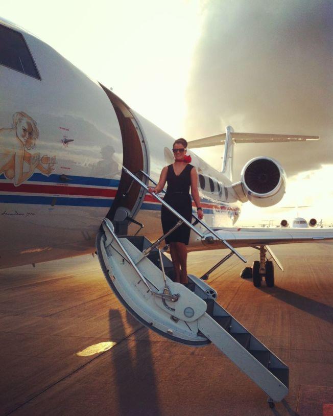 金柏莉‧班頓在豪華私人專機擔任空服員共有9年資歷  。(bimberleykenton Instagram)