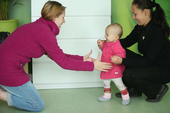 如果家中有嬰幼兒,家長要注意,鞋子會把細菌帶到地板。(Getty Images)