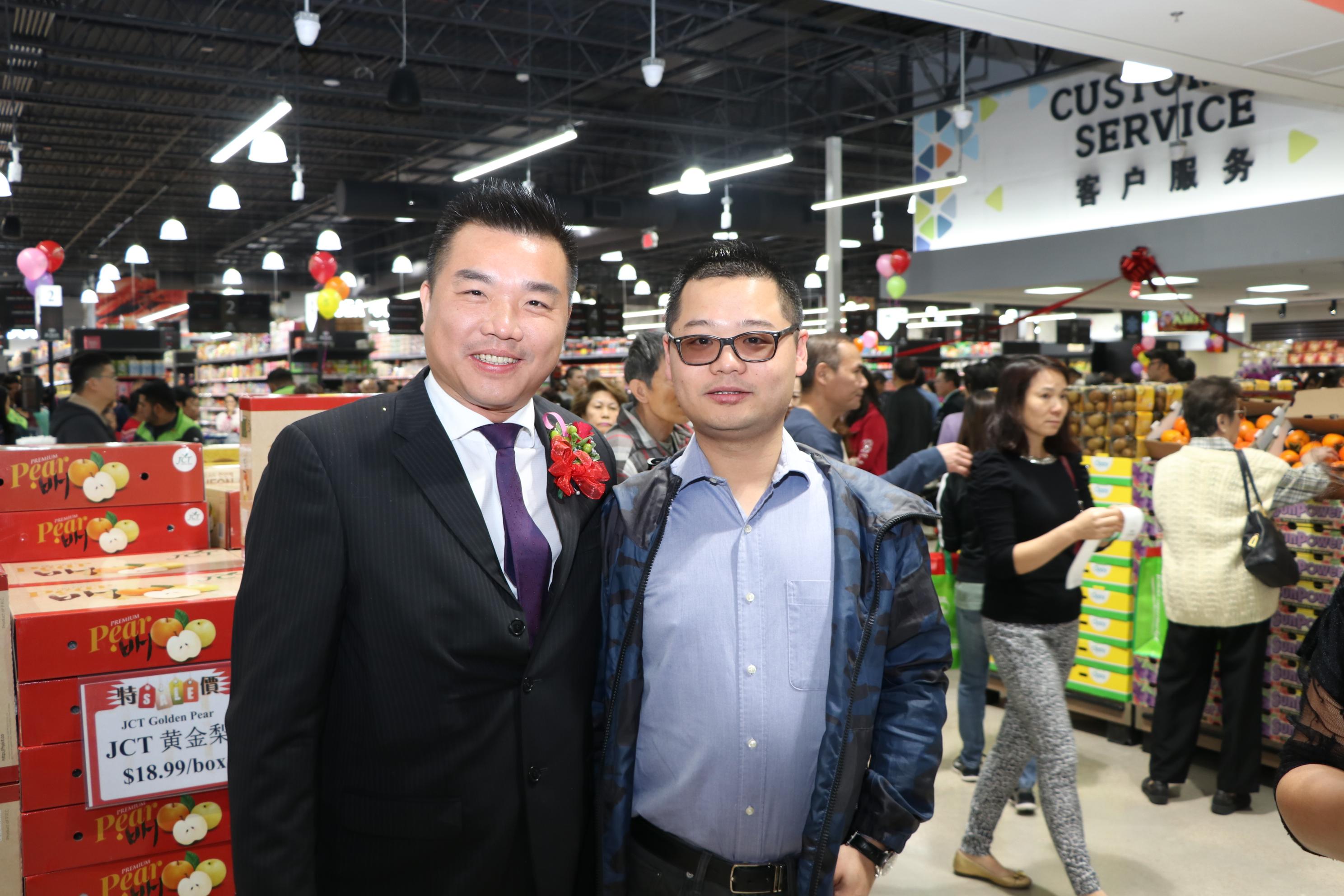 達拉斯百佳超市負責人David(右)也專程前來祝賀。