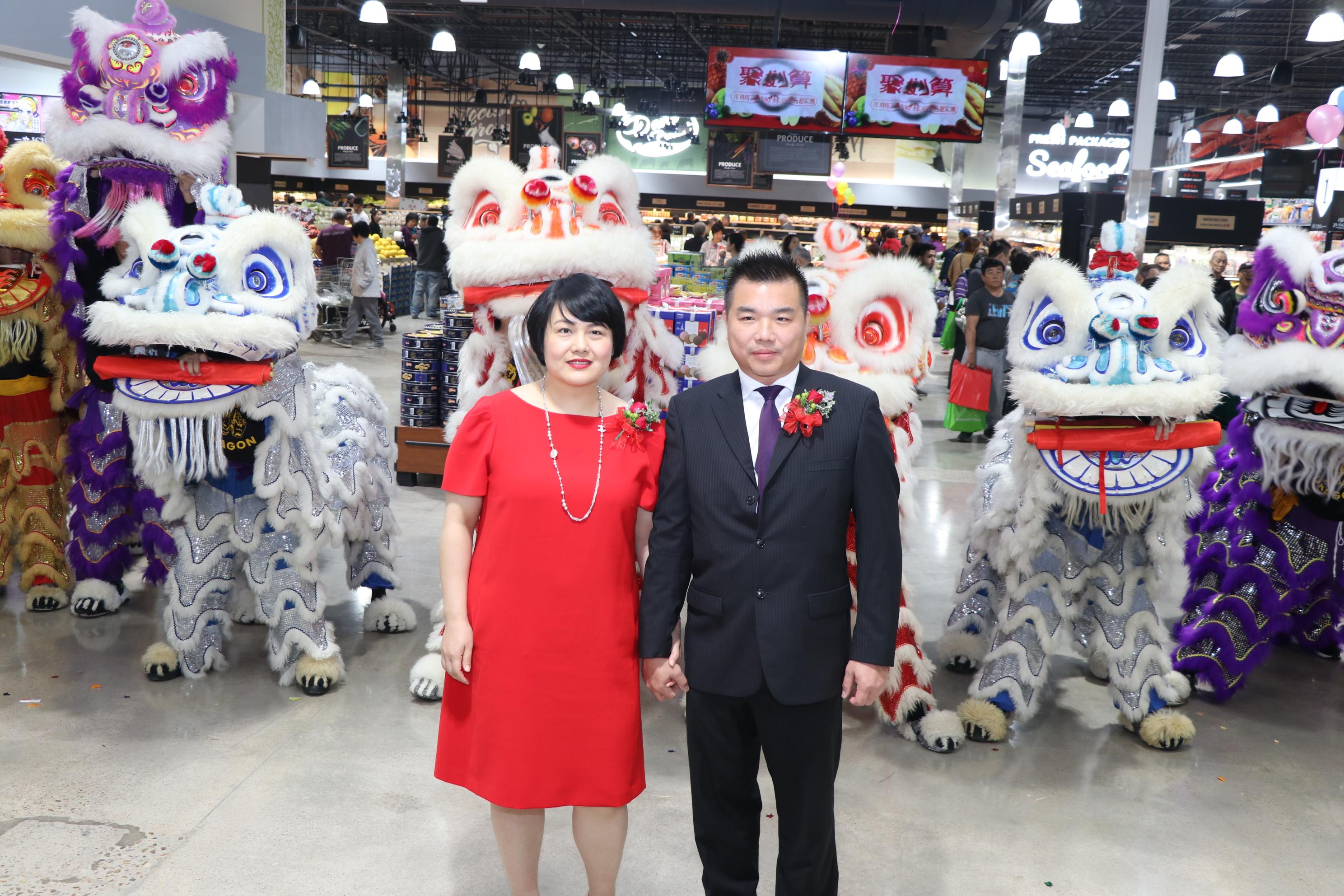 百佳超市董事長林生夫婦率瑞獅在大廳迎客。