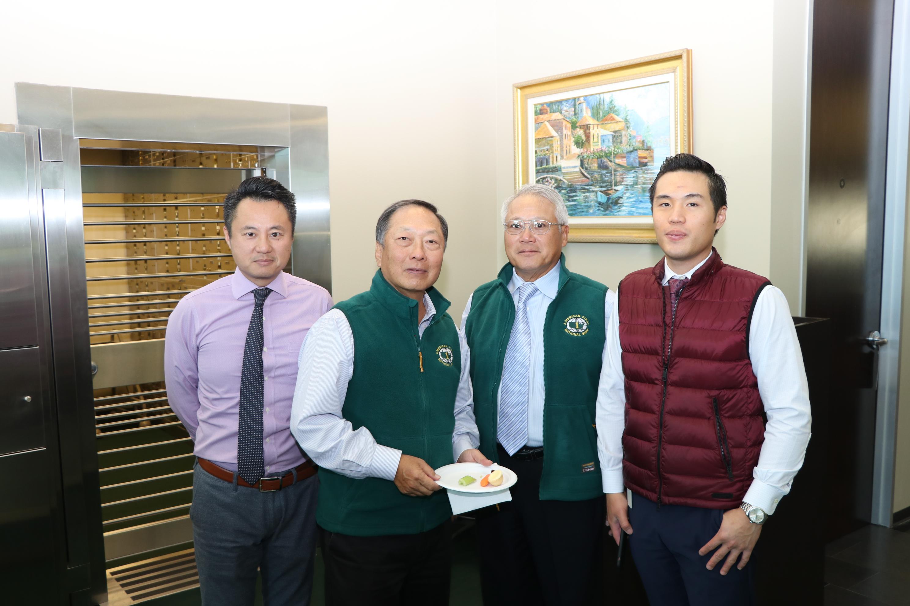 恆豐銀行董事孫定藩(右二)、吳國寶(左二)與員工在糖城分行的保險庫前合影。