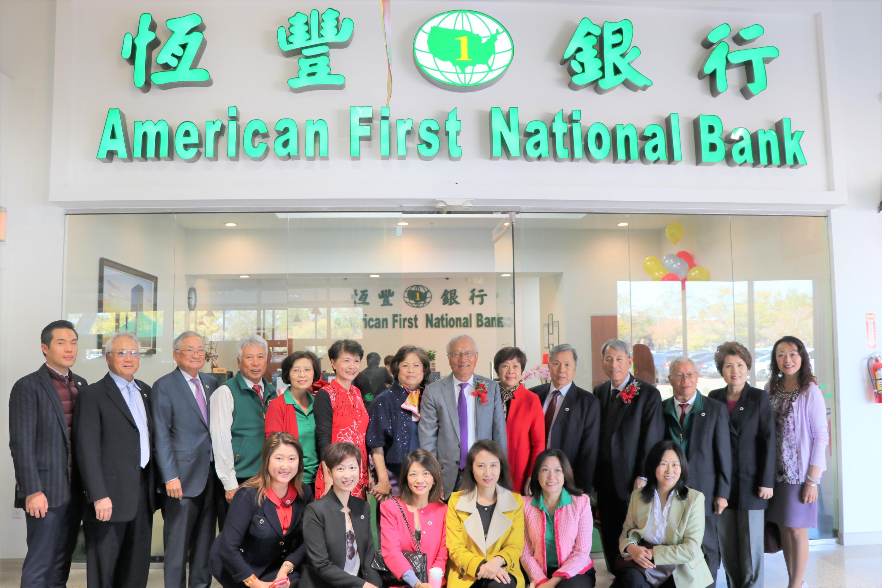 恆豐銀行全美第17家分行在糖城百佳超市內開幕,董事長吳文龍(右七)率董事們到場慶祝。