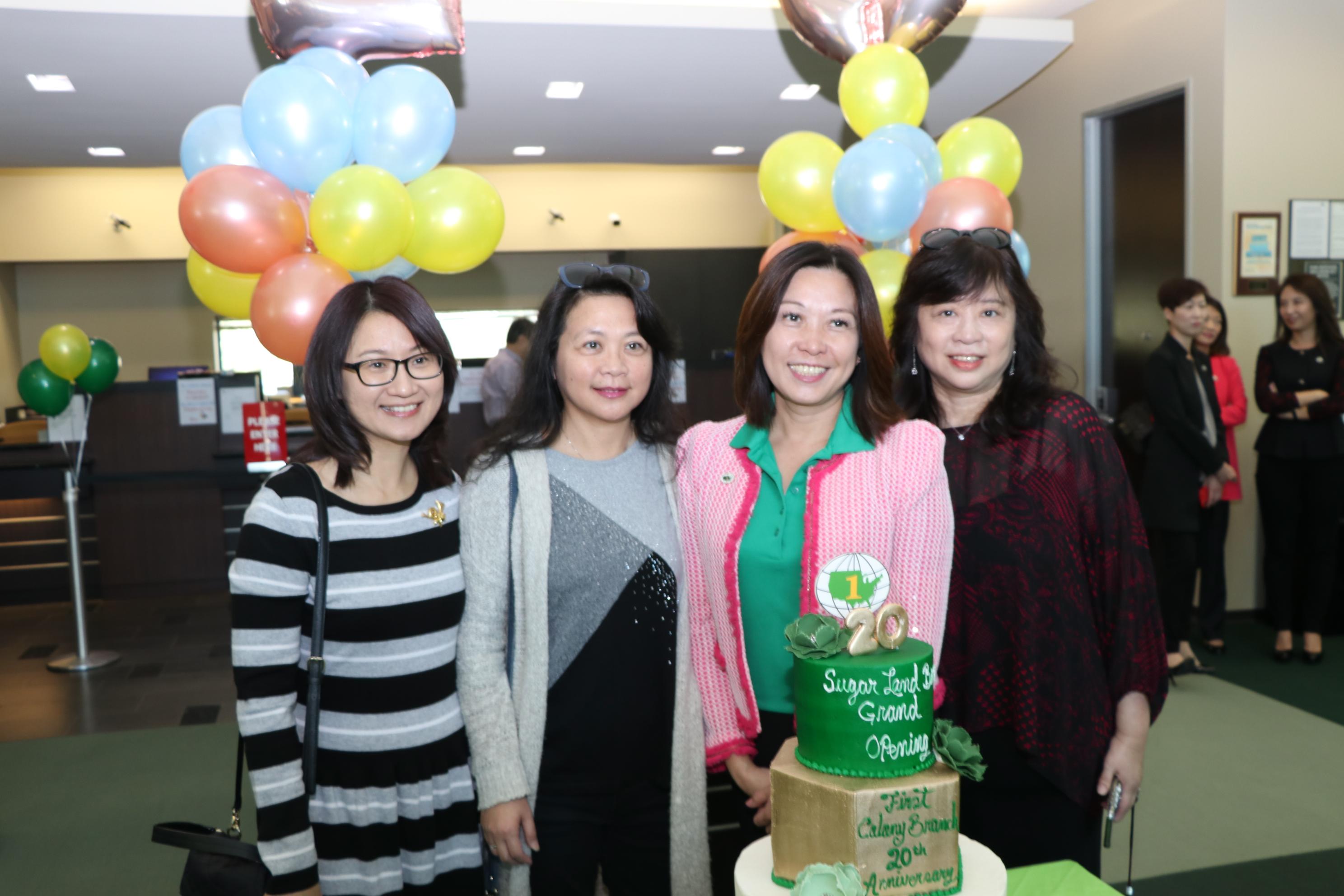 來賓們與糖城分行慶祝20周年蛋糕合影。