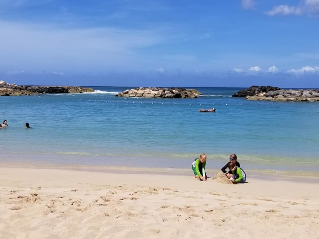 今年夏天路克一家人到夏威夷度假。(Arrest Your Debt臉書專頁)