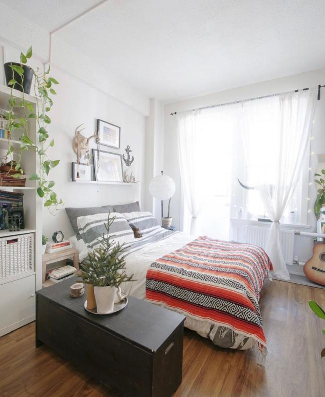 臥室的床後面最好是牆,不要靠在窗戶。(INS圖片)