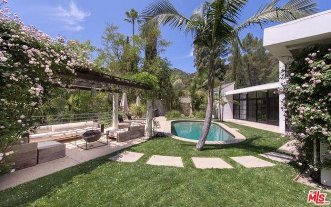 戶外有游泳池,玫瑰涼棚、露天休息室、棕櫚樹、噴泉。(Realtor)