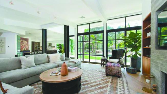 屋裡的天窗、高天花板和落地窗,讓充足的光線照進來。(Realtor)