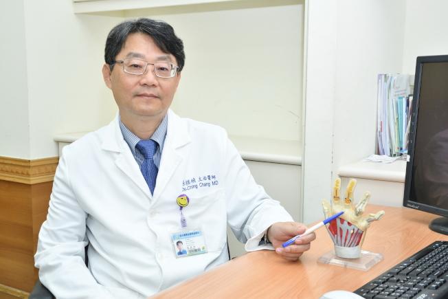 台北醫學大學附設醫院風濕免疫過敏科主任張棋楨建議,類風濕性關節炎病友務必規律用藥。(記者李樹人/攝影)