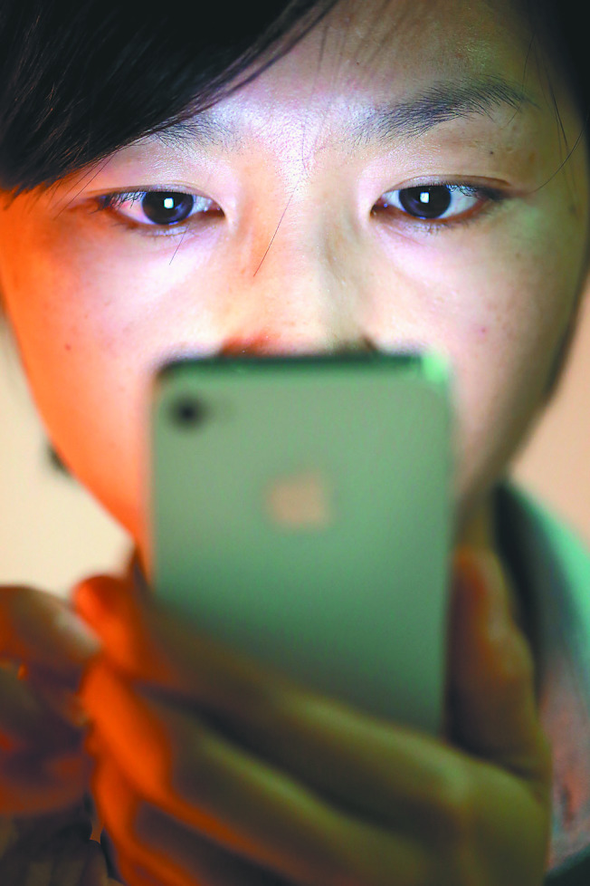 上班族、學生若長用電腦、手機不離身,眼睛出現異物感等六症狀時,當心乾眼症上門。(本報資料照片)