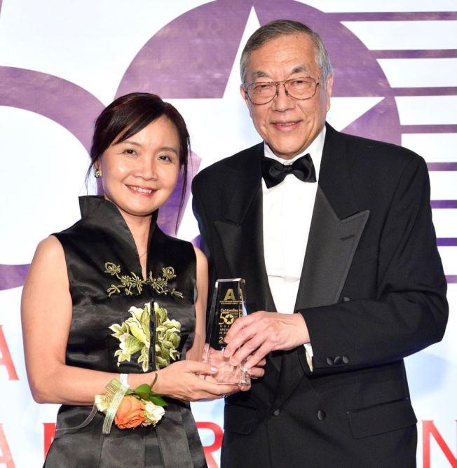 圖說:麥慧琪(左)2017年獲得50位傑出亞裔企業家之一殊榮。