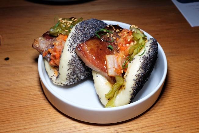 夏威夷菜受到亞洲移民影響,有著多元亞洲文化融合的影子。圖為一道用牛舌、韓式泡菜和醃黃瓜作的刈包。它不僅僅是刈包,而且還是以罂粟籽作成的刈包。