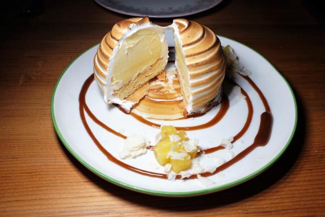 甜點「烤夏威夷」(Baked Hawaii)將一道裡面是冰淇淋、外面是烤蛋白霜的「冰火二重天」經典甜點「烤阿拉斯加」(Baked Alaska),改以焦糖鳳梨來作成裡面的冰淇淋,頗具巧思和創意。
