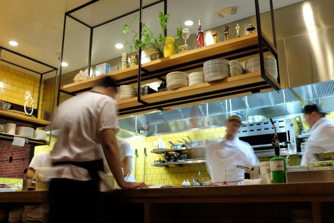 相當忙碌的開放式廚房。