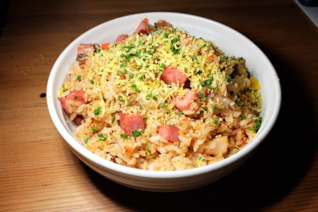 罐頭午餐肉Spam是夏威夷代表性的食材之一。主廚卡帕以餐廳自製的午餐肉,搭配韓式泡菜作成了炒飯。