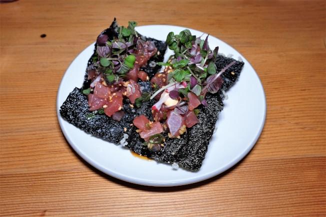 主廚卡帕善於用北加州的新鮮食材來演繹經典夏威夷菜。Poke是夏威夷出名的醃製生魚菜色,他拿了炸得酥脆的厚片海苔來搭配生鮪魚poke,呈現一熱一冷的搭配。