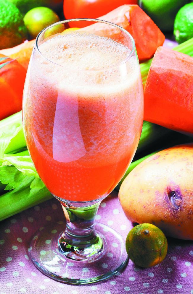 果汁代替水果容易導致糖份攝取過量,因此還是建議民眾攝取原態的水果,才不容易造成身體負擔,也可以確保營養。(本報資料照片)