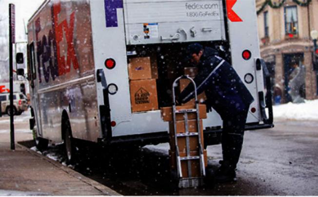 年底購物季是快遞業最忙碌的季節。圖為FedEx送貨員工作中。(取自FedEx官網)