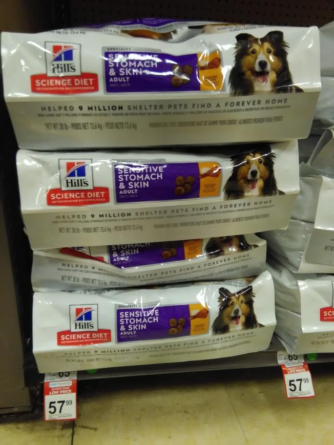 Lucy表示,狗糧差別較大,購買好的食物有利狗的健康。(韓傑/攝影)